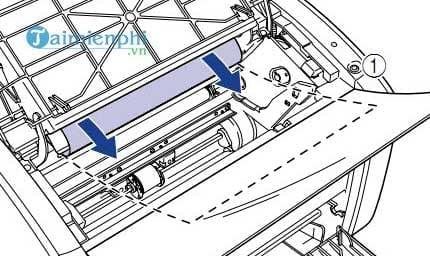Bước 3: Sử dụng tay luồn vào trong giấy nếu trường hợp máy in bị kẹt giấy không có nơi để kéo ra